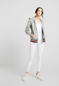 Tommy Hilfiger - HERITAGE ZIP THROUGH HOODIE - Hettejakke - light grey - 1