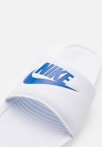 Nike Sportswear - VICTORI ONE SLIDE - Slip-ins - white/game royal - 5