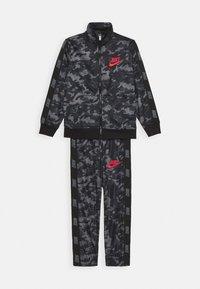 Nike Sportswear - CAMO TRICOT SET - Trainingspak - black - 0
