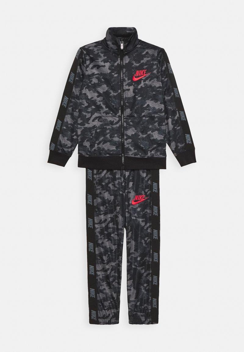 Nike Sportswear - CAMO TRICOT SET - Trainingspak - black