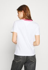Tommy Jeans - CONTRAST RIB LOGO TEE - T-shirts med print - white - 2