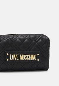 Love Moschino - QUILTED WASHBAG - Kosmetiktasche - nero - 3