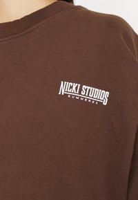 Nicki Studios - EXCLUSIVELOGOCREWNECK - Sweater - deliciosobrown - 5
