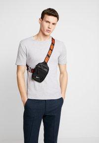 Nike Sportswear - ADVANCE - Bandolera - black/white - 1