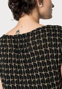 Opus - STROLCHI ABSTRACT - T-shirt imprimé - soft moss - 4