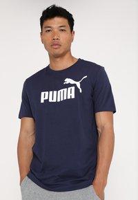 Puma - LOGO TEE - Print T-shirt - peacoat - 0