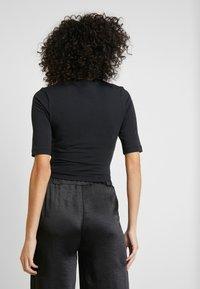 Nike Sportswear - T-shirts - black/white - 2