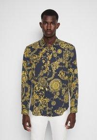 Versace Jeans Couture - PRINT REGALIA BAROQUE - Shirt - nero/oro - 0