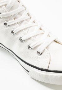 Dorothy Perkins - ICONIC TOP TRAINER - Baskets montantes - white - 2