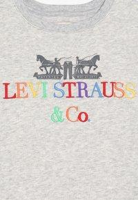 Levi's® - CREW DRESS - Žerzejové šaty - light gray heather - 2