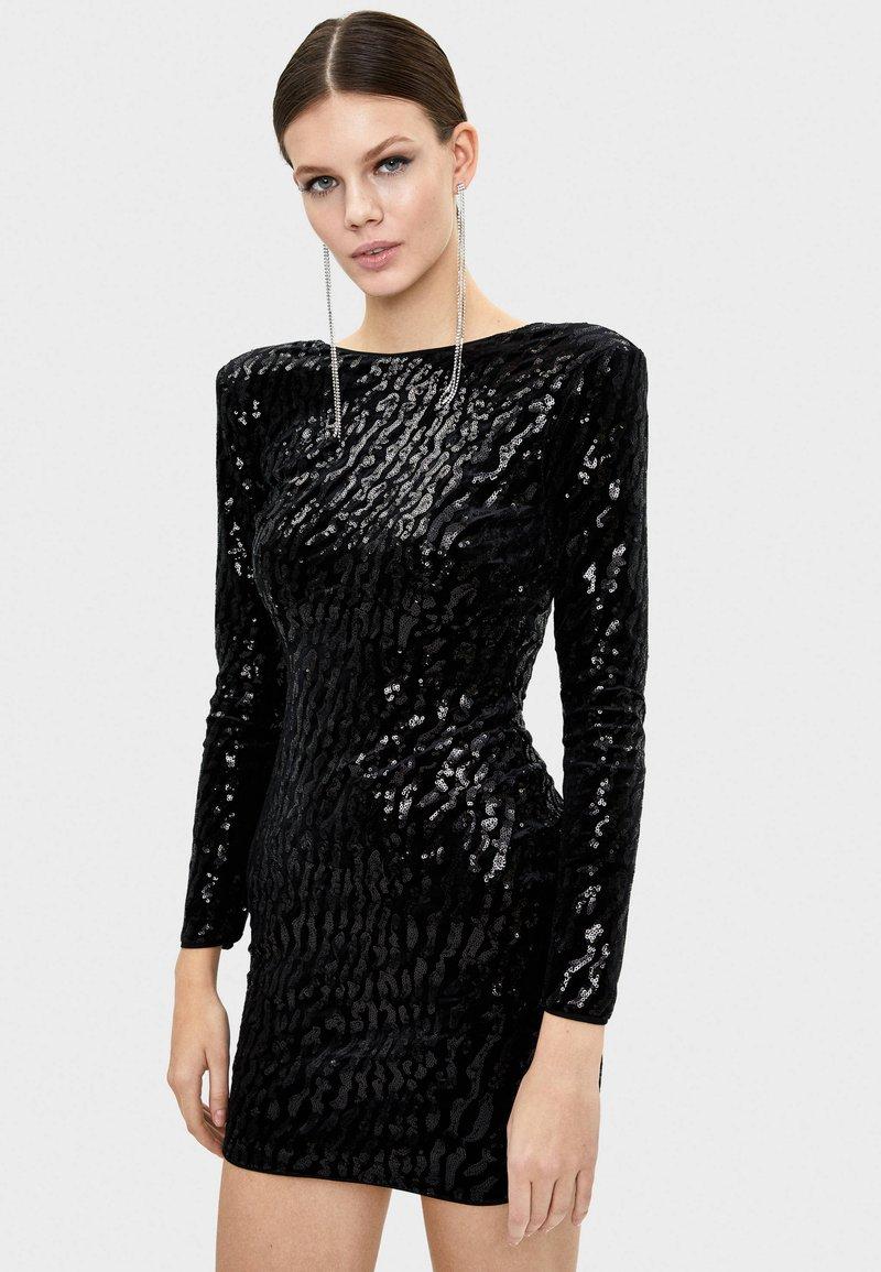 Bershka - MIT PAILLETTEN UND SAMT - Sukienka koktajlowa - black