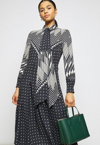 Tory Burch - TRIANGLE GEO SHIRTDRESS - Abito a camicia - windmill geo - 3