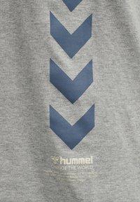 Hummel - CALEB - T-shirt med print - grey melange - 9