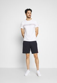 Tommy Hilfiger - CORP TEE - Printtipaita - white - 1