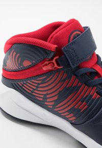 Nike Performance - TEAM HUSTLE D 9 FLYEASE - Basketbalové boty - midnight navy/university red/white - 2