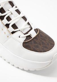 MICHAEL Michael Kors - COSMO TRAINER - Sneakersy niskie - optic white/brown - 2