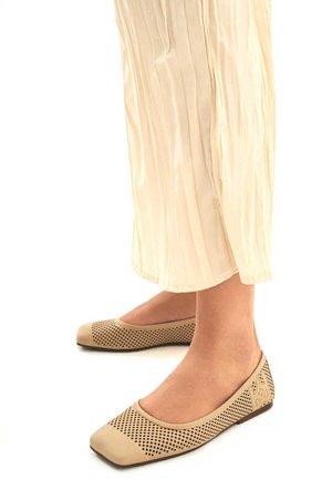 OMENAA  - Ballerina's - light brown