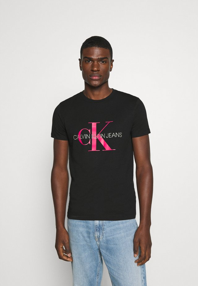 MONOGRAM LOGO SLIM TEE - Print T-shirt - black/party pink