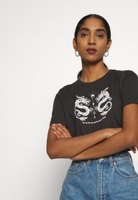 Even&Odd - HATTIE MIRRORED DRAGONS TEE - Triko s potiskem - 801 - anthracite - 3