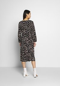 Wallis - SHADOW FLORAL MONO MIDI DRESS - Sukienka letnia - black - 2