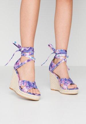 Sandaler med høye hæler - pink/blue