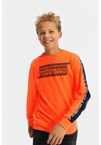 WE Fashion - MET 3D-OPDRUK EN TAPE - Langærmede T-shirts - bright orange - 0