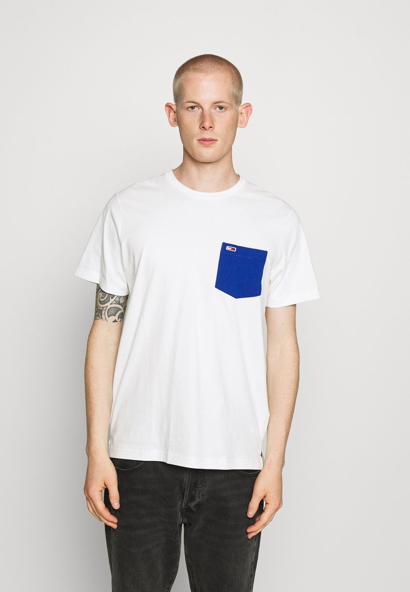 Tommy Jeans - CONTRAST POCKET TEE  - Print T-shirt - white