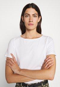 WEEKEND MaxMara - MULTIC - Basic T-shirt - weiss - 5