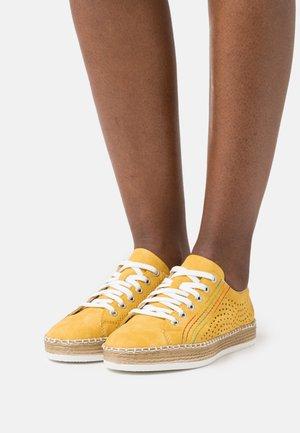 Volnočasové šněrovací boty - gelb