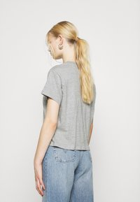 Levi's® - GRAPHIC VARSITY TEE - T-shirt imprimé - heather grey - 2