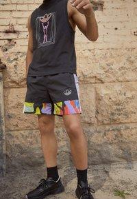 adidas Originals - LOVE UNITES UNISEX - Shorts - multicolour - 2