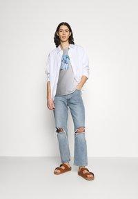 Jack & Jones - JORNEWSET TEE CREW NECK - Camiseta estampada - ombre blue - 1