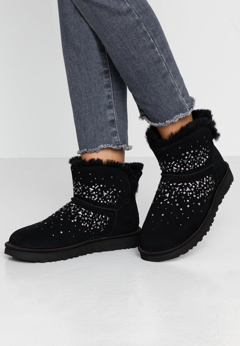 UGG - CLASSIC GALAXY BLING MINI - Boots à talons - black