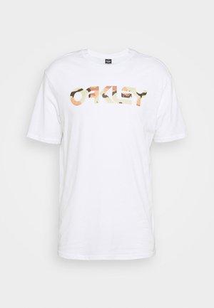 MARK II TEE - Print T-shirt - white/camo desert