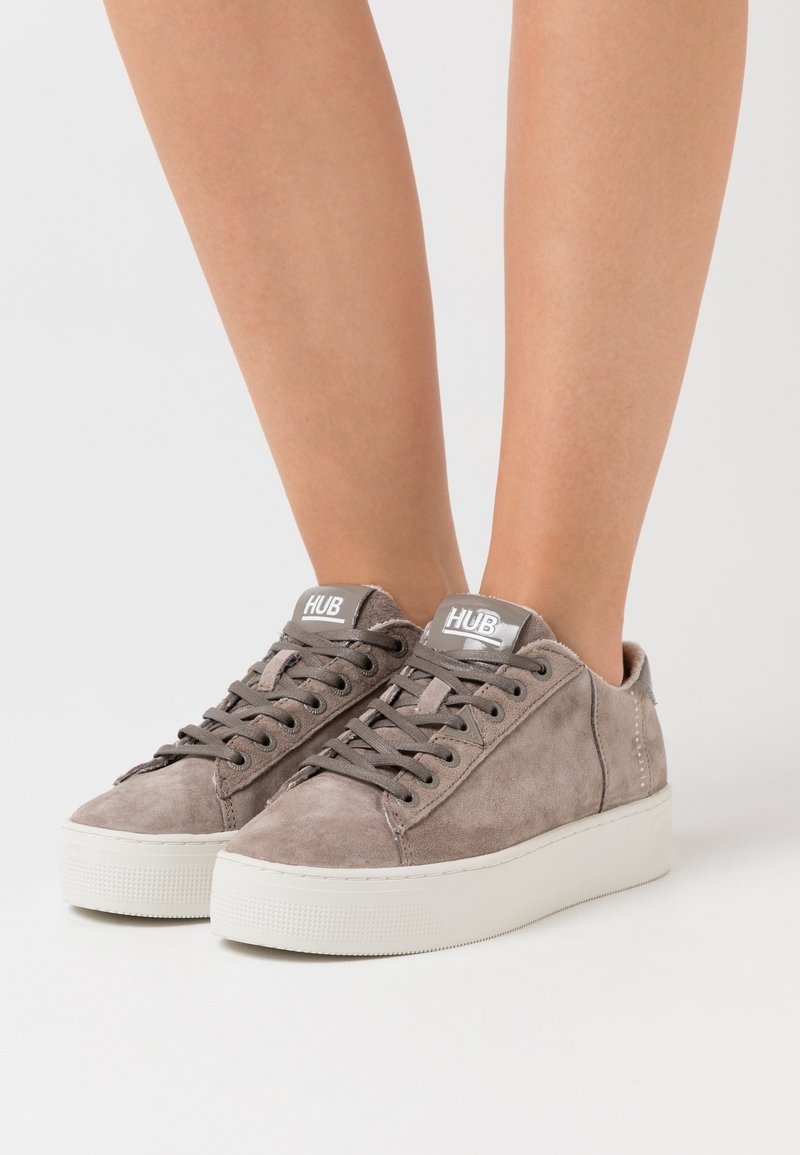 HUB - HOOK  - Trainers - dark taupe/offwhite