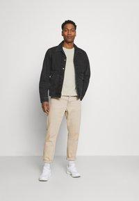 Calvin Klein - LOGO LINES - T-shirt con stampa - beige - 1