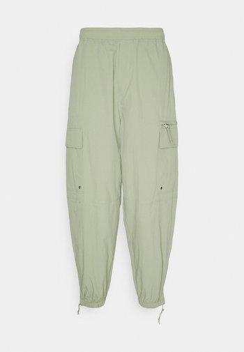 SCOTTIE BAGGY JOGGERS UNISEX - Verryttelyhousut - light khaki green