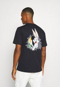 Converse - BUGS BUNNY FASHION TEE - Print T-shirt - black - 0