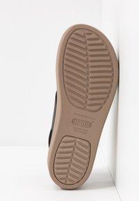 Crocs - BROOKLYN LOW WEDGE - Plateausandalette - black/mushroom - 6