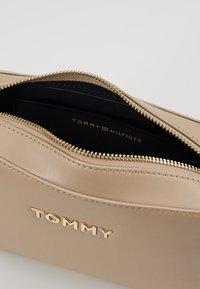 Tommy Hilfiger - ICONIC TOMMY CROSSOVER SOLID - Skuldertasker - grey - 4