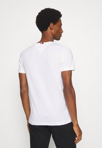 Tommy Hilfiger - NEW LOGO TEE - T-shirt con stampa - white - 2
