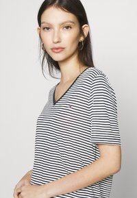 Tommy Jeans - TEXTURE FEEL V NECK TEE - T-shirts med print - twilight navy/white - 4