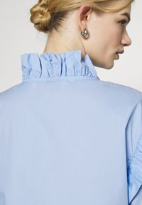 Gina Tricot - DINAH FRILL BLOUSE - Button-down blouse - blue bell - 5