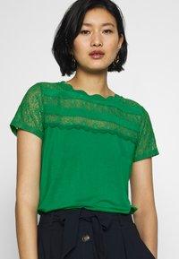 NAF NAF - OLILA - T-shirt imprimé - vert rio - 3