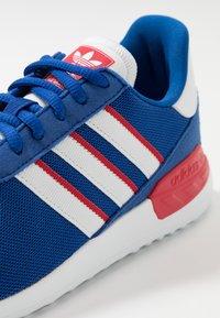 adidas Originals - TRAINER LITE UNISEX - Trainers - royal blue/footwear white/scarlet - 2