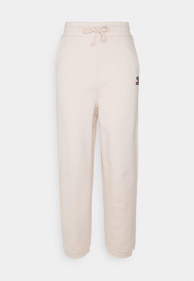 RELAXED BADGE PANT - Pantaloni sportivi - smooth stone