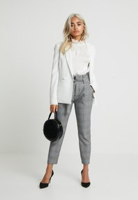 Vero Moda Petite - PAPER BAG CHECK PANT - Trousers - grey/white - 1
