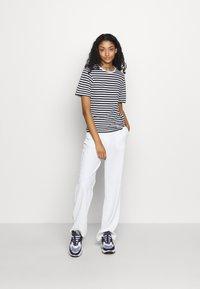 NA-KD - STRIPED TEE - T-shirt print - black/white - 1