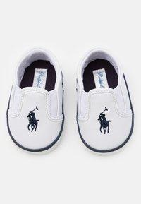 Polo Ralph Lauren - BAL HARBOUR LAYETTE UNISEX - Chaussons pour bébé - white/navy - 3