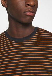 Only & Sons - ONSMICK LIFE STRIPE TEE - T-shirts print - black - 4